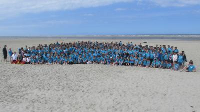 650 Schüler, Lehrkräfte und Mitarbeiter der Oberschule genossen den Tag auf Langeoog. Mit ihren türkisfarbenen T-Shirts sorgten die Teilnehmer für jede Menge Aufsehen.