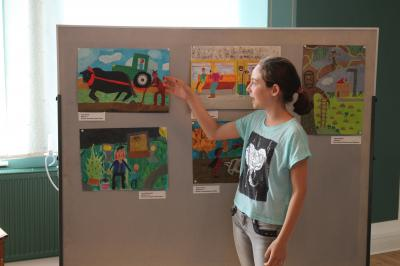 Foto zur Meldung: Calauer Schülerin erhält Sonderpreis mit signiertem Buch von Bundeskanzlerin