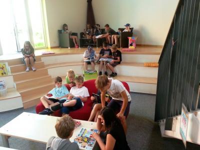 Klasse 5 der Ganztagsschule Zielitz beim Stöbern in den Lesesommerbüchern