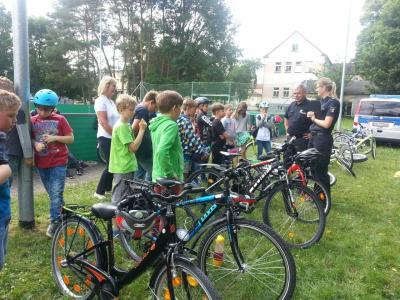 Foto zur Meldung: Fit im Straßenverkehr - Fahrradprüfungen der 4. Klassen