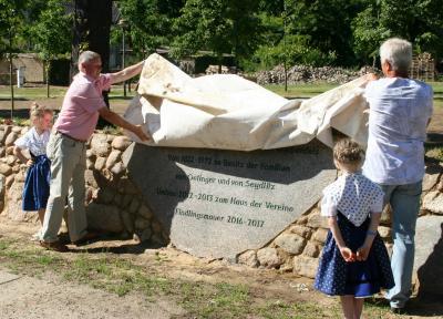 Joachim Dieke und Werner Troppa enthüllten den Gedenkstein. (Fotos: K. Möbes)