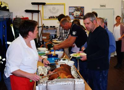 Foto zur Meldung: Kameradschaft gepflegt – Spanferkel und Wikingerschach bei der Feuerwehr