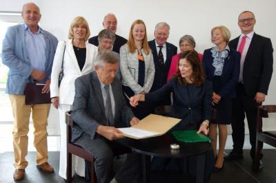 Die Präsidentin der DUK und der Vorsitzende des Forums der UNESCO-Clubs in Deutschland unterzeichnen die