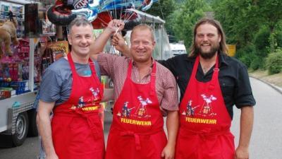 Haben mit ihrem Marktfest den Geschmack der Besucher getroffen: Dietmar Müller, Michael Miller und Andreas Reithmeier (von links) von der Feuerwehr Münster.(Foto: Walter Kleber)
