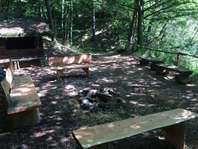 Vorschaubild zur Meldung: Alter Steinbruch / Neue Bänke an der Schutzhütte