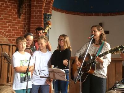Foto zur Meldung: Come and sing - ein Singeprojekt für 230 Kinder aus 6 Schulen auf der Plattenburg am 6. Juli 2017
