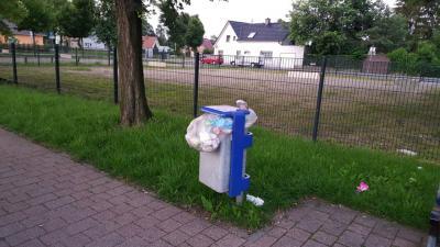 Kein Einzelfall: Papierkorb in Nauen am Montagmorgen.