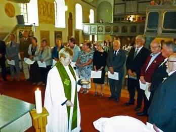 Vorschaubild zur Meldung: Pfarrerin segnet 35 Konfirmanden
