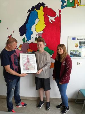 Vorschaubild zur Meldung: Ausschussvorsitzender Frank übergibt litauische Federzeichnung