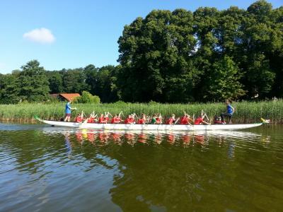 Foto zur Meldung: Drachenbootrennen der 4. Klassen