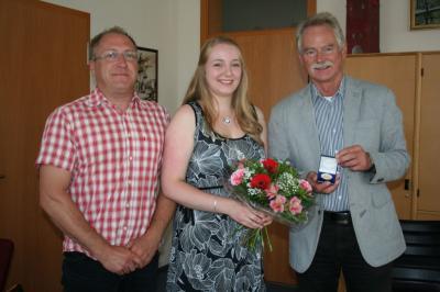 Verabschiedung von Frau Claudia Napierala (Mitte) durch BM Dr. Koch (re.) und Amtsleiter Szabó (li.)