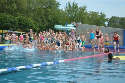 Splish Splash! Nach der Zeugnisausgabe konnten die Kids im Stadtbad erstmal richtig auf die Sahne hauen - Ferien-Infos gabs obendrein!