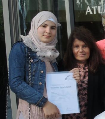 Foto zur Meldung: Heba Al Bayoush aus der 9b erhält als eine der Landesbesten ihr deutsches Sprachdiplom