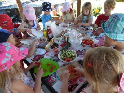 """Vorschaubild zur Meldung: Kinder der Kita """"Flämingkinder"""" backen Pizza im Garten"""