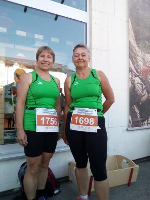 Foto zur Meldung: Läuferinnen des TV Wallersdorf  auf dem Siegertreppchen