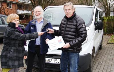 Zum Jahresanfang übergab Erika Capella Rüdeger Cuwie und Jürgen Bucksch symbolisch die Schlüssel für den Bürgerbus
