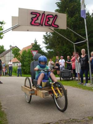 Vorschaubild zur Meldung: Spielplatzeröffnung in Blankenberg - erstes Blankenberger Seifenkistenrennen