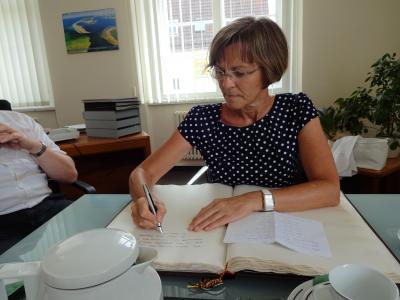 Foto zu Meldung: Verwaltungsleitung verabschiedet Schulleiterin Frau Dr. Arndt