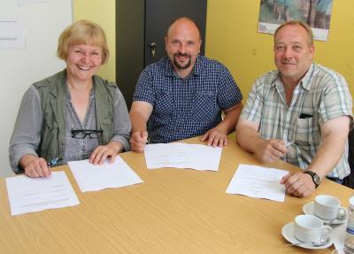 Erika Kapeller, Timo Kay und Sönke Siebke bei der Vertragsunterzeichnung
