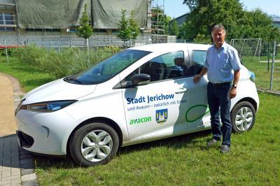 """Bürgermeister Harald Bothe mit dem Elektroauto Renault Zoe """"Er fährt sich toll und ist für unseren Bedarf genau richtig"""""""