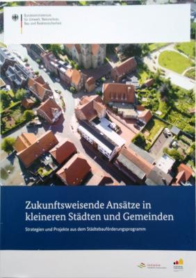 """Foto zur Meldung: Broschüre """"Zukunftsweisende Ansätze in kleineren Städten und Gemeinden"""" veröffentlicht"""