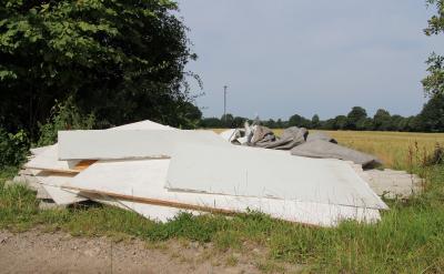 """Foto zu Meldung: Unverfroren – Abriss-Reste in Sichtweite des Dorfes """"entsorgt"""""""