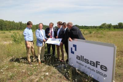 Werkleiter Ulf Lohmann und Pascal Zeuner sowie Bügermeister Hans-Ulrich Hengst (v.l.n.r.) schauen sich den Standort an