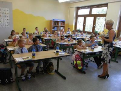 Klassenlehrerin Marina Filz begrüßt ihre Erstklässler