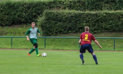 Philipp Korthaase ( grünes Trikot ) zählt in der Demminer  Abwehr zu den grossen Hoffnungen des Vereins