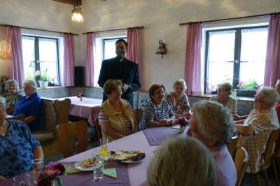 Vorschaubild zur Meldung: Gemütlicher Seniorennachmittag mit Pater Bettoy Joy Kulathinal