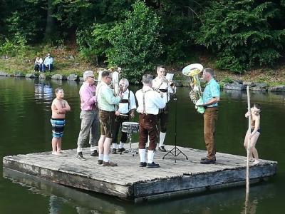 Nach dem Konzert lieferten die Wellblech-Musikanten noch eine Einlage auf dem Floß im Guckaisee