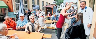 Reichlich Haare ließen auch in diesem Jahr wieder zahlreiche Besucher beim Pauritzer Straßenfest. Peter Müller (r.) und sein Team  sammelten mit der Aktion Geld zugunsten von krebskranken Kindern. Foto: Mario Jahn