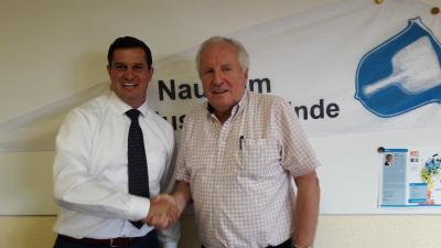 Herr Bürgermeister Fischer heißt Herrn Deckert herzlich willkommen