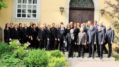 Chor vor der Kirche
