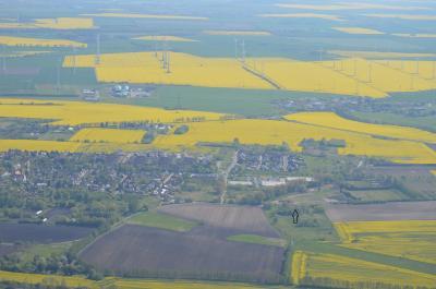 Das stadteigene Grundstück Luchblick I befindet sich im Südwesten der Kernstadt und grenzt nördlich an das Einkaufszentrum Luch-Center (Pfeil).