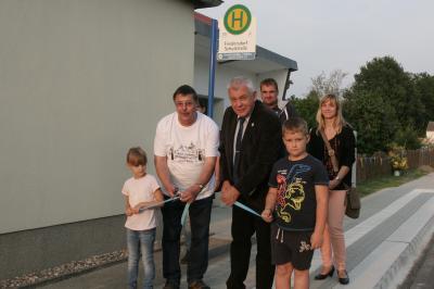 Foto zur Meldung: Übergabe Gehweg und Bushaltestelle zum 800-Jährigen in Friedersdorf