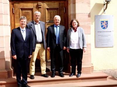Wir sehen von links nach rechts: Bürgermeister Klemens Olbrich, Herbert Backes (scheidender stv. Ortsgerichtsvorsteher), Michael Peter (neuer stv. Ortsgerichtsvorsteher), Frau Dr. Gudrun Labenski (Direktorin des Amtsgerichtes Schwalmstadt)