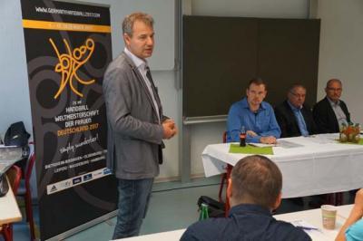 Landrat Kai Emanuel begrüßt die Delegierten in Delitzsch