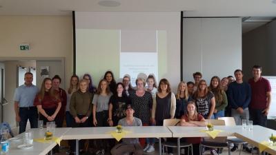 Foto zu Meldung: Konrad-Zuse-Schule zu Besuch im Mehrgenerationenhaus in Rhina