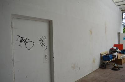 Bislang unbekannte Täter hinterließen erneut zahlreiche Spuren ihrer Zerstörungswut an der Freilichtbühne.