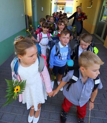 Dei Klasse 1a der Hönower Grundschule auf dem Weg zur ersten Unterrichtsstunde.