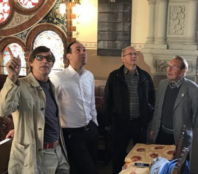 Antonius Kersten (l.) vom Annahütter Förderverein führte gemeinsam mit Friedhelm Noack (r.) Gäste durch die Henriettenkirche.