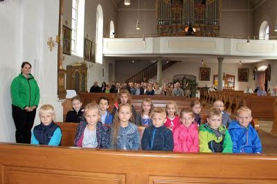Foto zur Meldung: Pfarrer Josef Drexler segnet 14 Schulanfänger und verteilt Weihrauchkörner und verglich sie mit Talenten