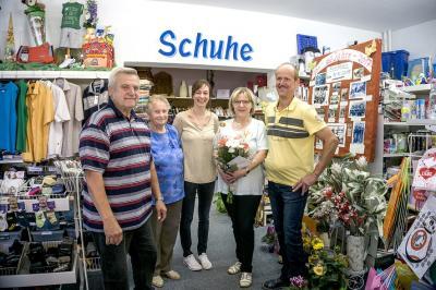Hier überbringen Wolfgang Kohl und Renate Kunath die Glückwünsche zum Dienstjubiläum, im Namen des Hirschfelder Seniorenvereins.  (von Li nach re Wolfgang Kohl, Renate Kunath und das Verkaufsteam Doreen Stotzka, Daniela und Andreas Bischof