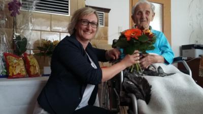 Bürgermeisterin Maria Euchler gratuliert Gertrud Brand
