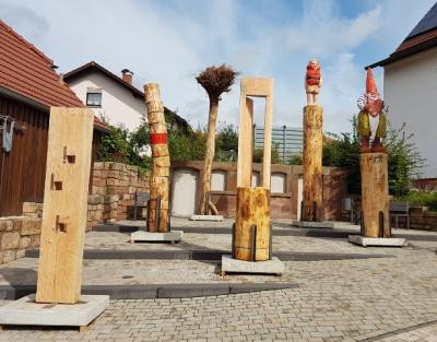 Die sechs Skulpturen auf der Terrasse der Kunst & Kultur am frühen Nachmittagc bei herrlichem Sonnenschein