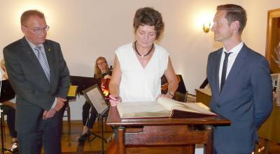 Bürgermeisterin Kerstin Schöniger, Thorsten Wozniak (rechts), 1. Bürgermeister der Stadt Gerolzhofen und Bernhard Döhner, zweiter Bürgermeister der Stadt Langenhagen