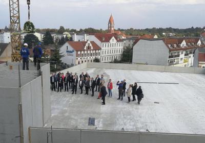 Vorschaubild zur Meldung: Richtfest für ambulantes Zentrum in luftiger Höhe gefeiert