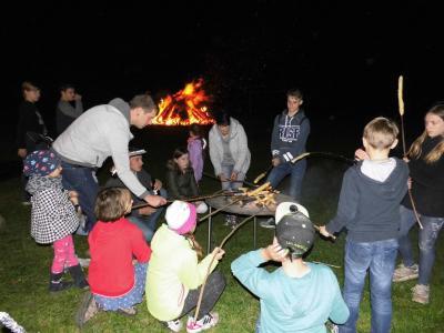 Knüppelbrot selber backen über offenem Feuer - nur eine Attraktion für die Kinder beim Herbstfeuer in Göhlen.
