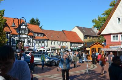 Vorschaubild zur Meldung: Herbstmarkt und 29. Automeile locken zahlreiche Besucher in die Altstadt